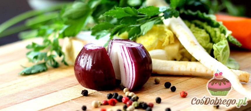 Jak pozbyć się nieprzyjemnego zapachu cebuli i czosnku z deski do krojenia? – Porada
