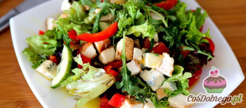 Przepis na Sałatkę z kurczakiem i serem pleśniowym