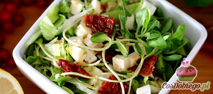 """Przepis na Sałatkę z serem """"Feta"""" i suszonymi pomidorami"""