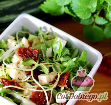 Salatka Z Serem Feta I Suszonymi Pomidorami 02