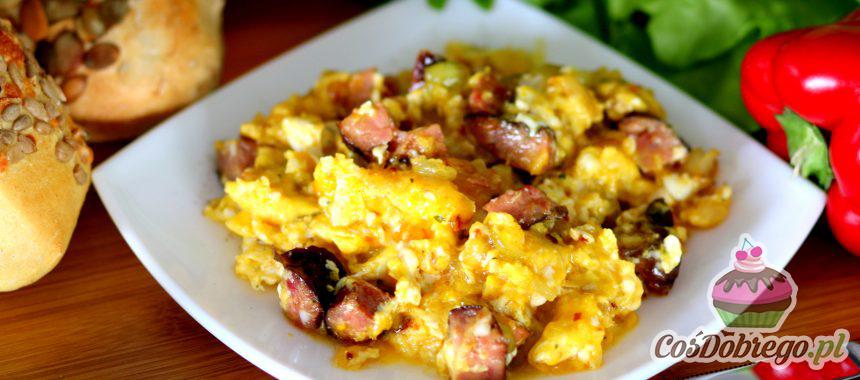 Przepis na Domową jajecznicę z cebulką i kiełbasą
