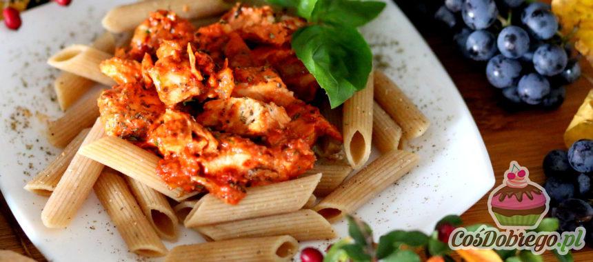 Przepis na Makaron z pieczonym kurczakiem w pomidorowym pesto